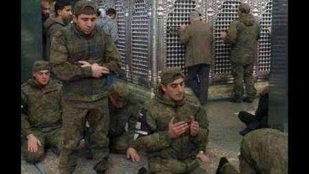عکس/ نماز سربازان روس در حرم حضرت زینب(س)
